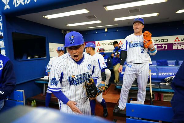 石川前々キャプテンから叱咤激励を受け、佐野選手(写真手前)はこれからどんなキャプテンシーを見せてくれるのか