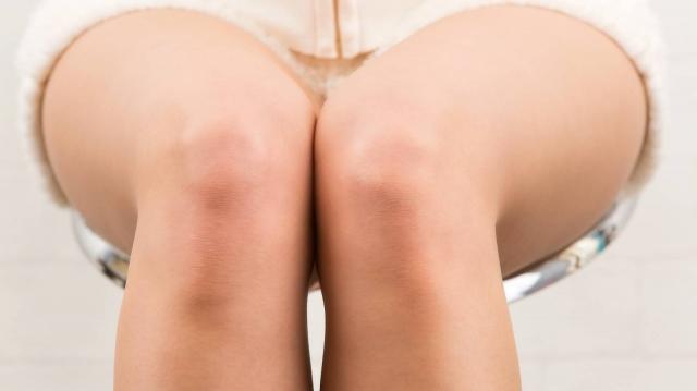 「座っているときに膝が開くのはなぜ?」膝が開く人は注意したい「ヨガポーズあるある」