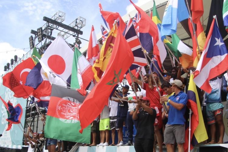 開幕式は壇上で全ての国旗が掲げられる