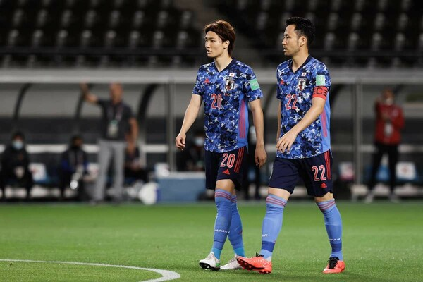 CBでコンビを組んだ板倉滉(右)と吉田麻也。ふたりはミャンマー戦後、U-24代表に合流する