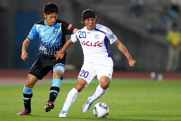 かつてはFC岐阜やヴァンフォーレ甲府などでも活躍した片桐(右)は、2014年に一度スパイクを脱いだが、その後現役復帰。