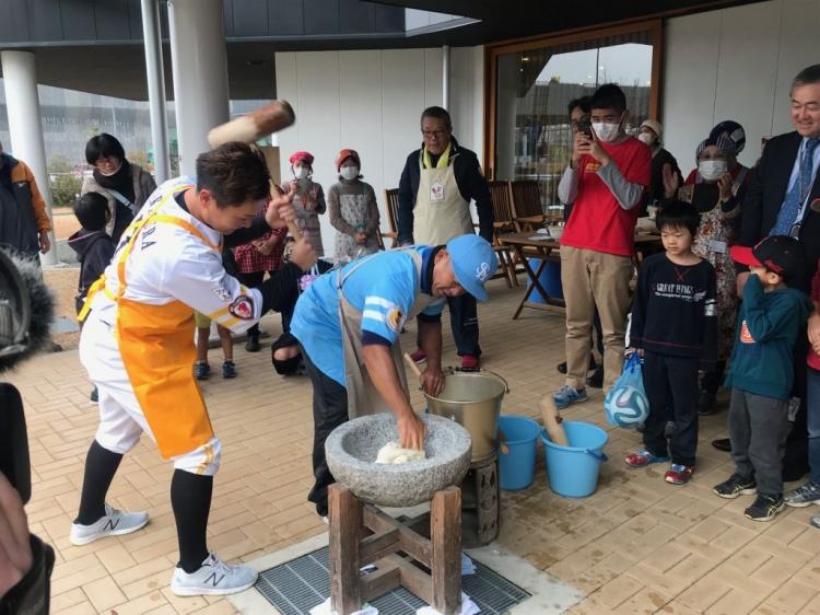 中村選手の力強い餅つき姿に子供たちもスタッフも釘付け。
