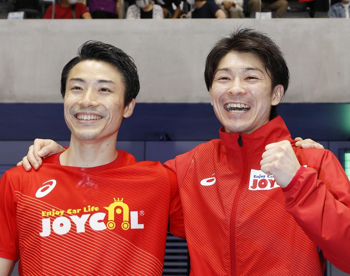 わずかな差で個人枠での東京五輪代表に内定した内村(写真右)。4大会連続五輪代表の内村においても苦戦した背景を考える