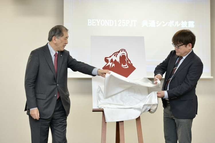 体育各部44部共通の新ロゴをお披露目する田中総長と石井所長