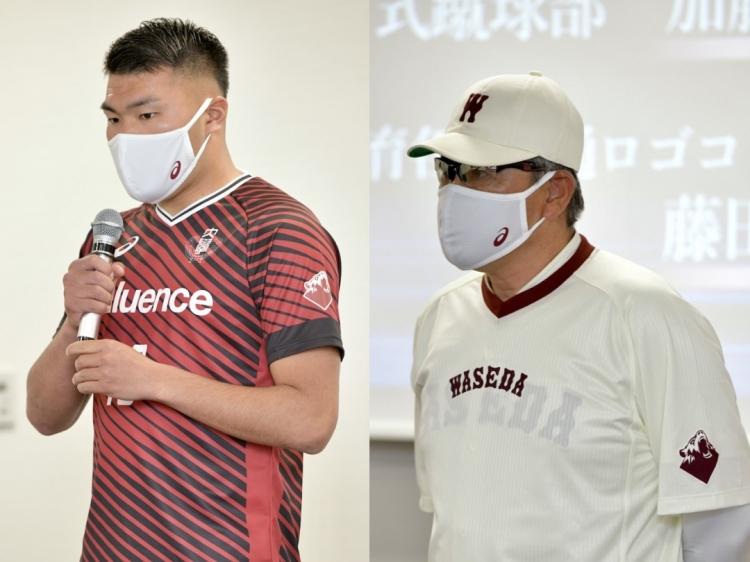 記者会見で共通ロゴ入りのウェア・ユニホームを着用する野球部・小宮山悟監督とア式蹴球部・加藤拓己選手
