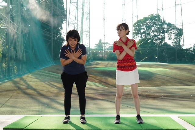 直立した姿勢で足を広げ、両手を胸の前で交差します。慣れてきたらゴルフスイング同様に上半身を前傾しましょう