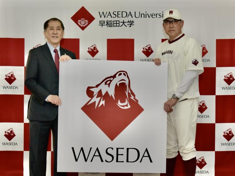 体育各部44部共通の新ロゴを紹介する早大・田中愛治総長(左)と野球部・小宮山監督