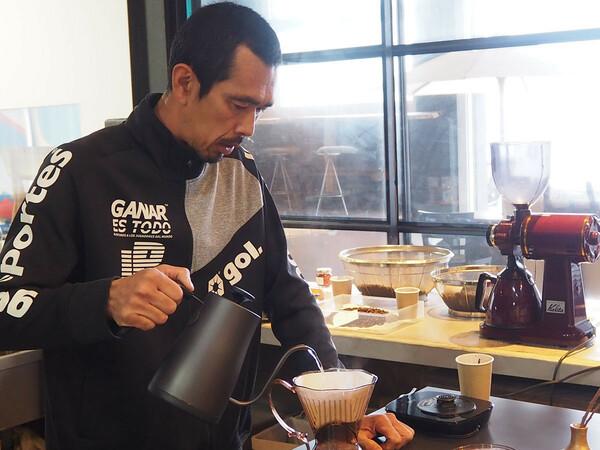 取材中にお客さんが来ると、久保はさっとカウンターの中へ入り、時間をかけて丁寧にコーヒーいれていた