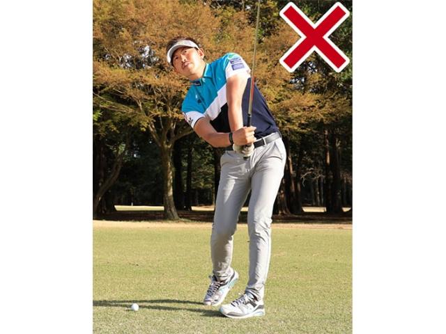 インパクトで手首をコネてしまうとボールを正確にヒットできない。