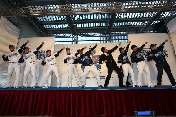 青木慎哉はTBSに経営権が移っていた2003年に念願かなって職員となり、球場演出、ファームチーム・湘南シーレックスを担当してきた