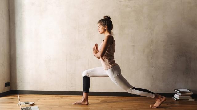「踏み込むと膝が痛い…」痛みの原因&ヨガで膝を痛めないためのセルフケア