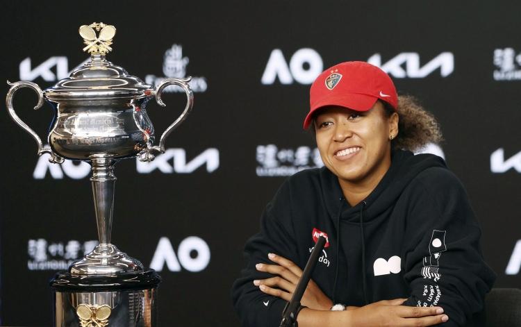 2021年2月、全豪オープン女子シングルスで優勝し、記者会見する大坂なおみ選手。笑顔ではあるが…