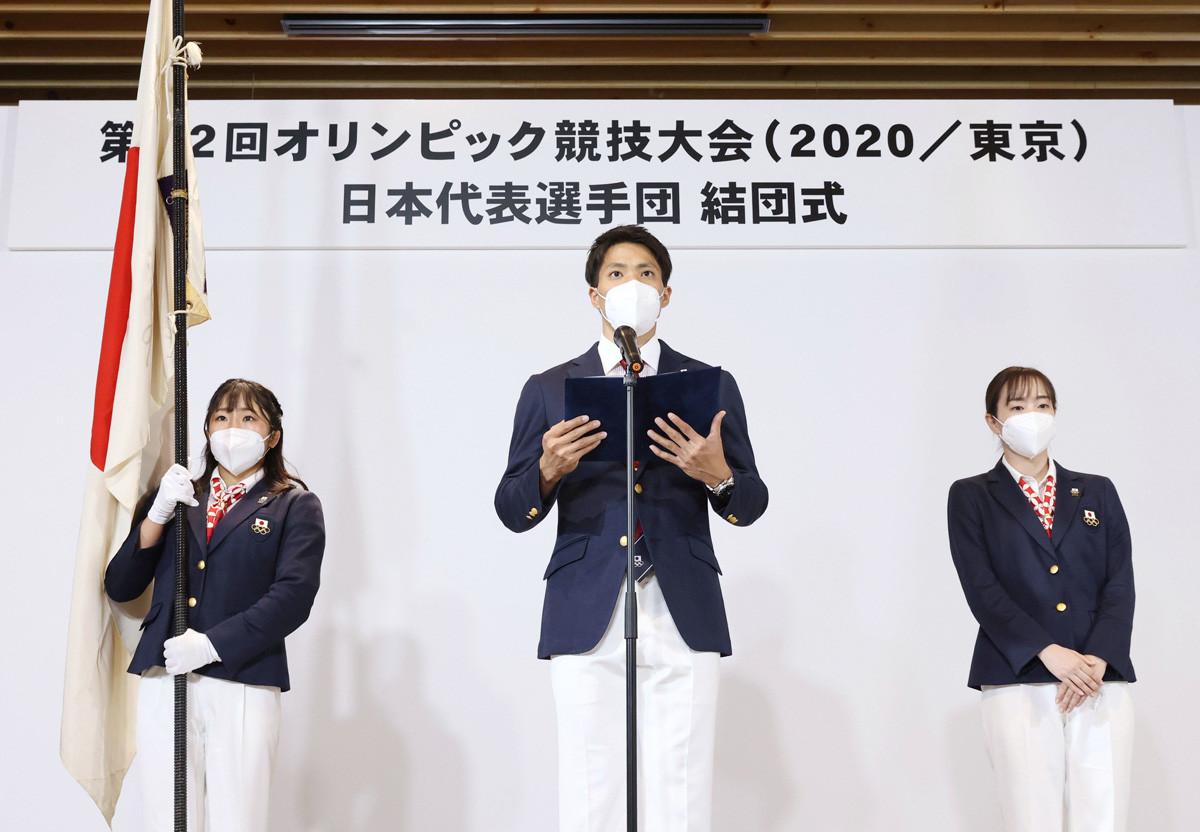 東京五輪日本選手団の結団式で決意表明する山縣主将(代表撮影)