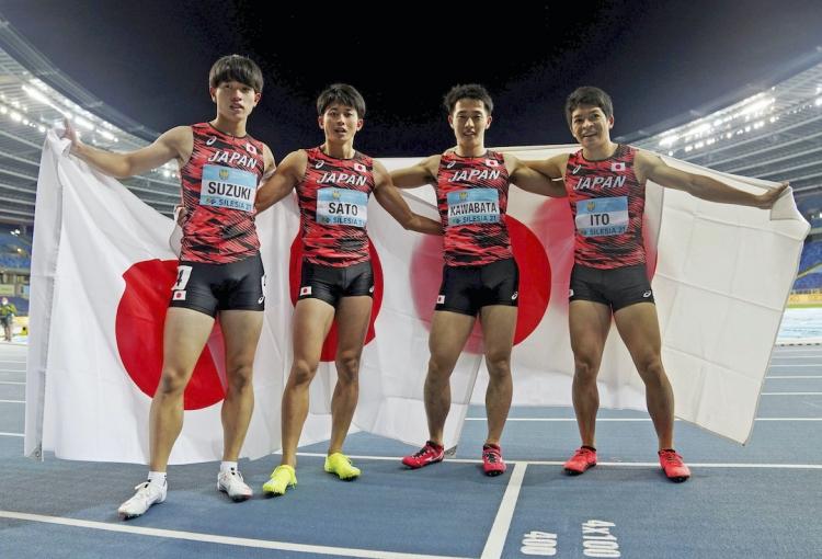 2021年5月、ポーランドで行われた陸上世界リレーの男子4×400mRで銀メダルを獲得した日本チーム。右端が伊東選手