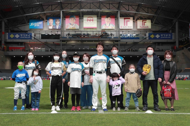 2020年、寄贈した親子と記念撮影する鶴岡選手。