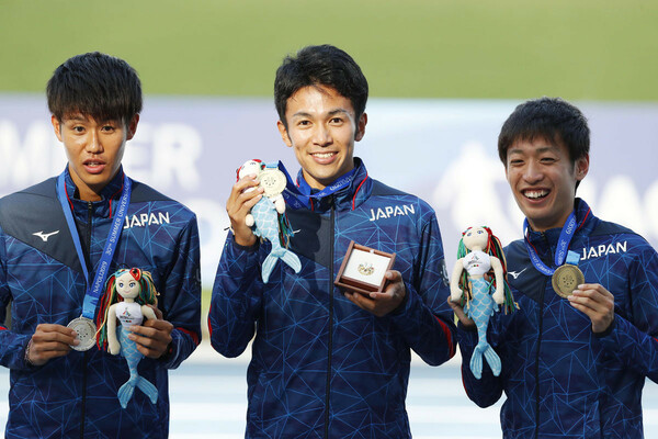 """19年7月、""""学生のためのオリンピック""""とも称されるユニバーシアードのハーフマラソンで、相澤(中央)は金メダル、伊藤(右)は銅メダルを獲得した"""