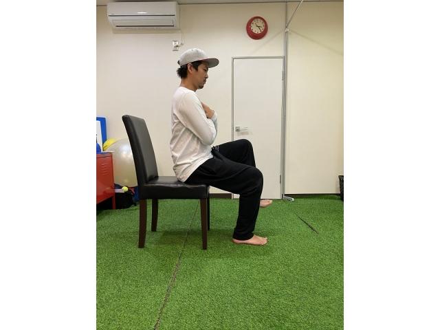 コロナに負けるな!「自宅でできる椅子を使ったトレーニング」〜腸腰筋〜