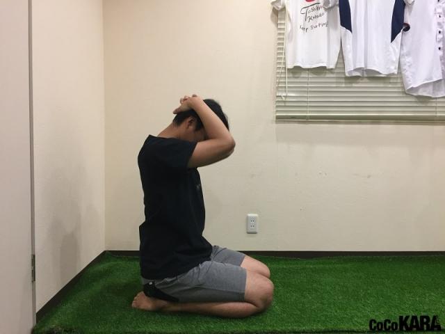 NG:首を前に倒している時は、背中が丸まらないように注意する。