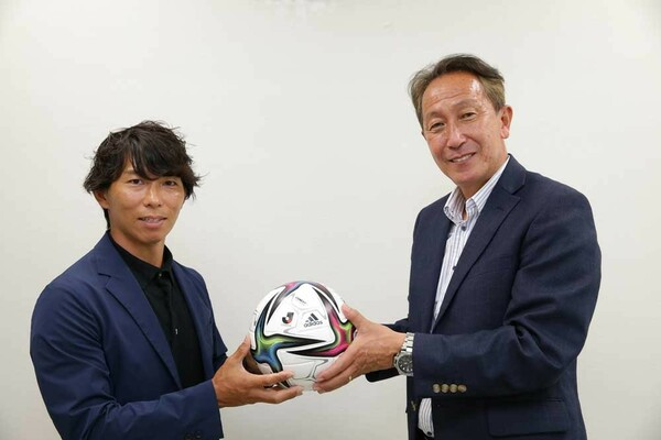 Jリーグ選手OB会「J-OB」の新旧会長が対談。初代会長の柱谷哲二(右)さんから第2代会長の佐藤寿人さんにパスがつながった