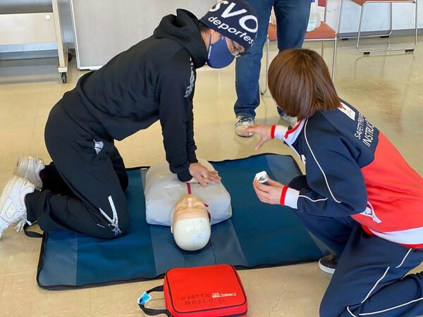 沼津の「全力防災隊」。月に1回、地元の有志が集まり、AEDの使い方や防災グッズの選び方などを学ぶ