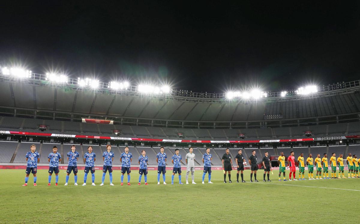 無観客で開催されるサッカー男子1次Lの初戦を前に、整列する日本(左)、南アフリカの両国イレブン=味の素スタジアム