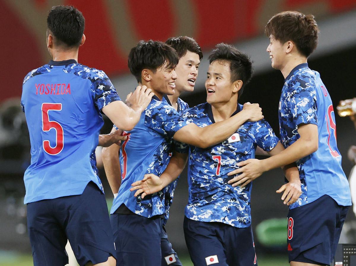 日本―南アフリカ 後半、先制ゴールを決め祝福される久保建(右から2人目)=味の素スタジアム