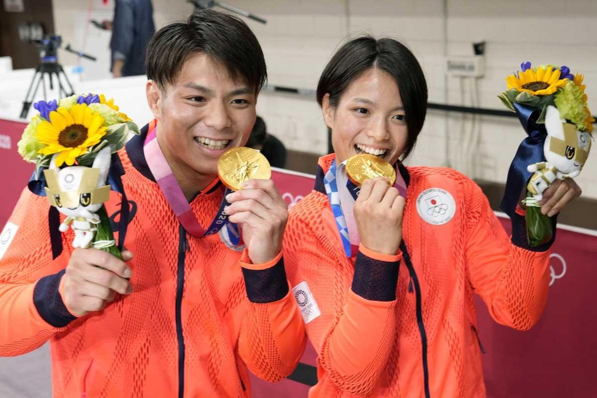 兄妹そろって金メダルを獲得した阿部一二三(左)と詩。きょうだいでの「同日金メダル」は夏季五輪で日本勢初の快挙だ