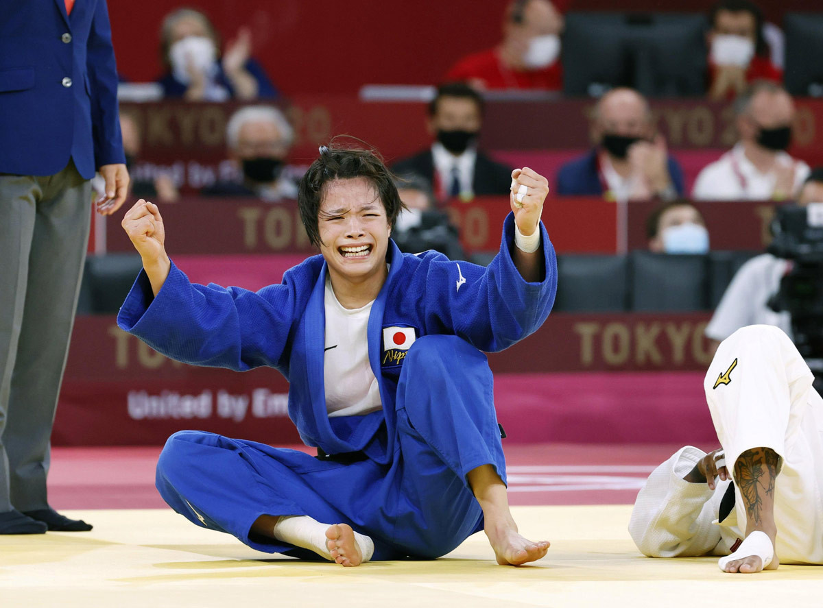 女子52キロ級決勝 フランスのアマンディーヌ・ブシャールを破って優勝し、ガッツポーズの阿部詩=日本武道館