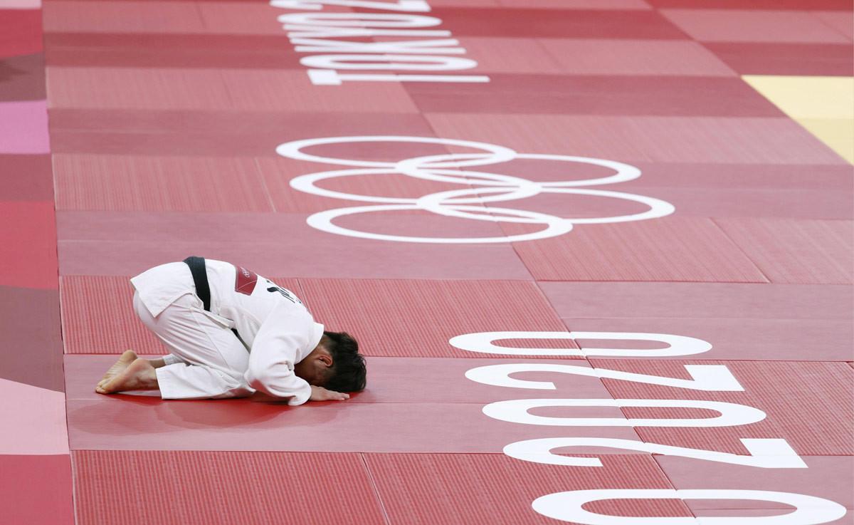男子66キロ級決勝 ジョージア選手を破って優勝し、深々と礼をする阿部一二三=日本武道館