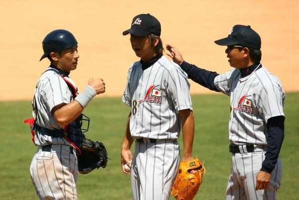 星野ジャパンのリリーフ要員として北京五輪で4試合に登板した藤川球児(中央)