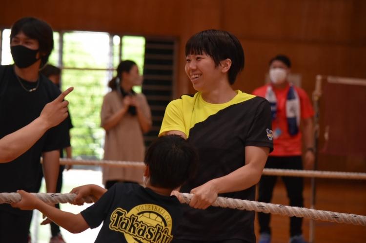 参加者たちと綱引きをする仁井田桃子選手
