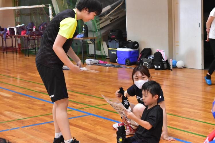 参加者プレゼントを渡す仁井田桃子選手