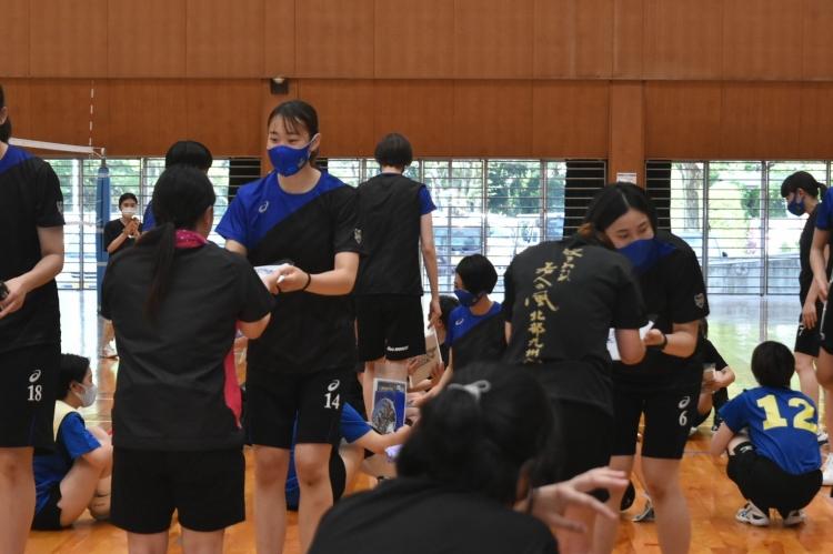 参加者プレゼントを渡す(左から)椎名真子選手、山口珠李選手