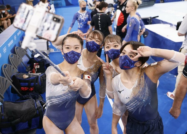 決勝を終えて記念撮影する日本チーム。無観客ではあるも、会場では関係者の温かい声援が選手の背中を後押しした