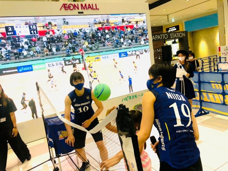 参加者と「アタックでストラックアウト!」を楽しむ(左から)佐藤優花選手、仁井田桃子選手