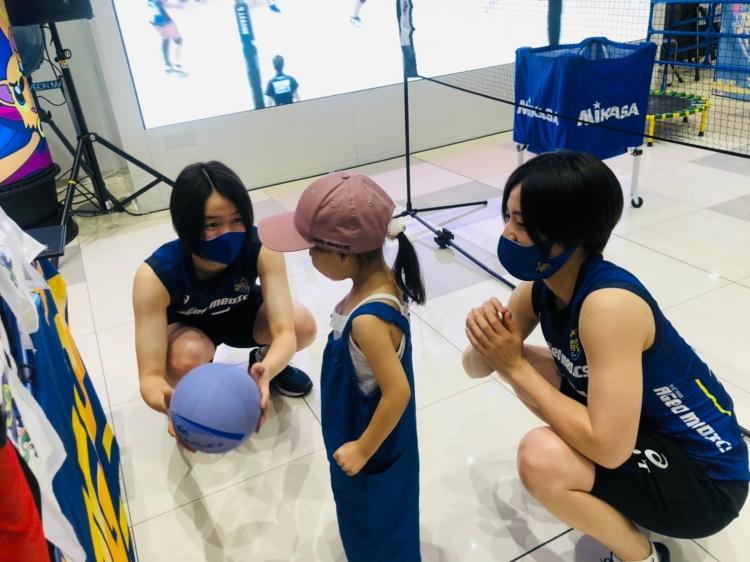 参加者と「アタックでストラックアウト!」を楽しむ(左から)山崎のの花選手、鎌田咲希選手