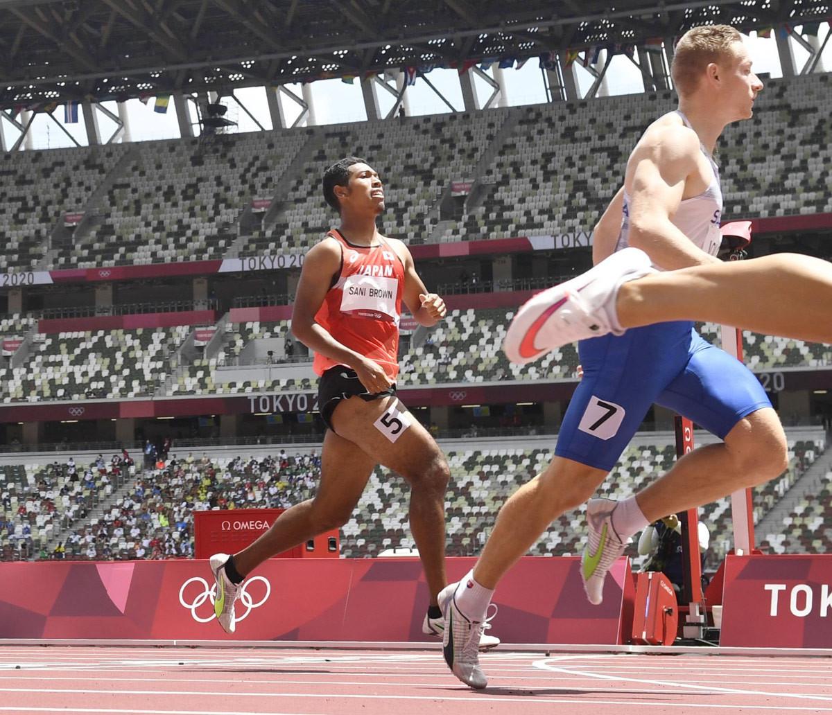 男子200メートル予選 ゴールするサニブラウン・ハキーム(左)。2組6着で敗退した=国立競技場