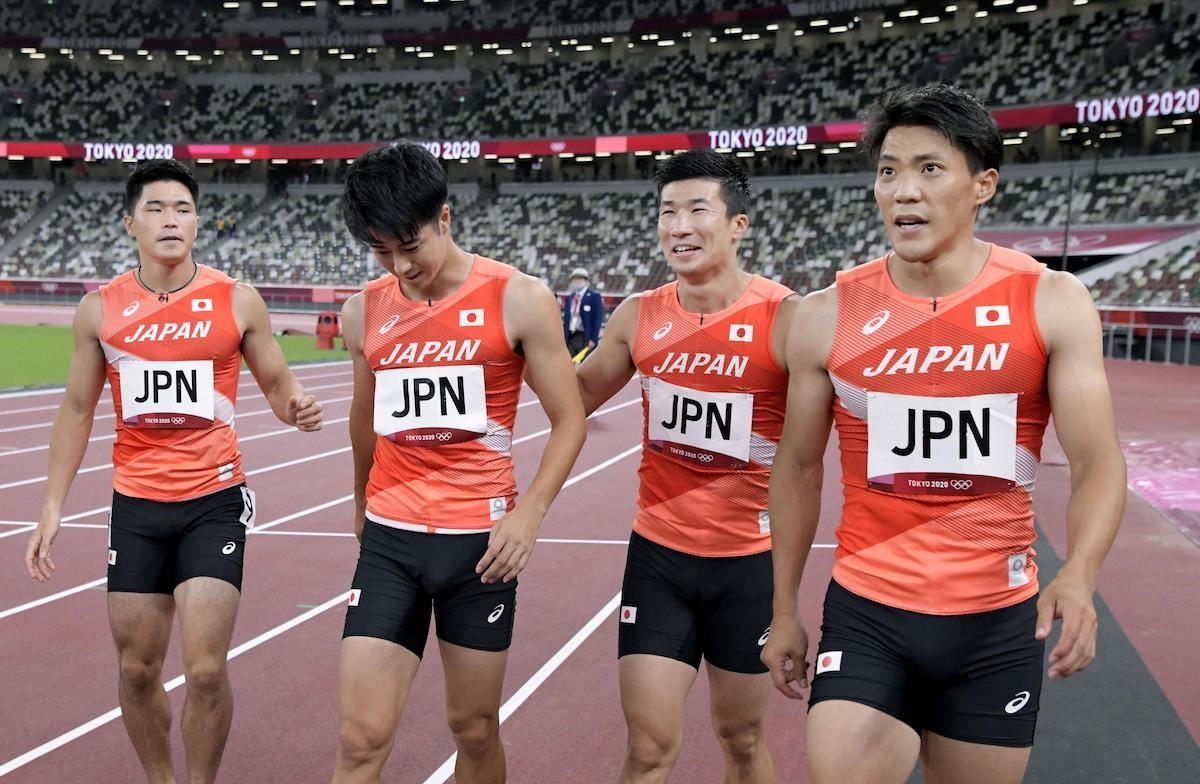 仲間を励ます第3走者の桐生(写真右から2番目)。肝心のバトンは、いつまで待ってもやって来なかった