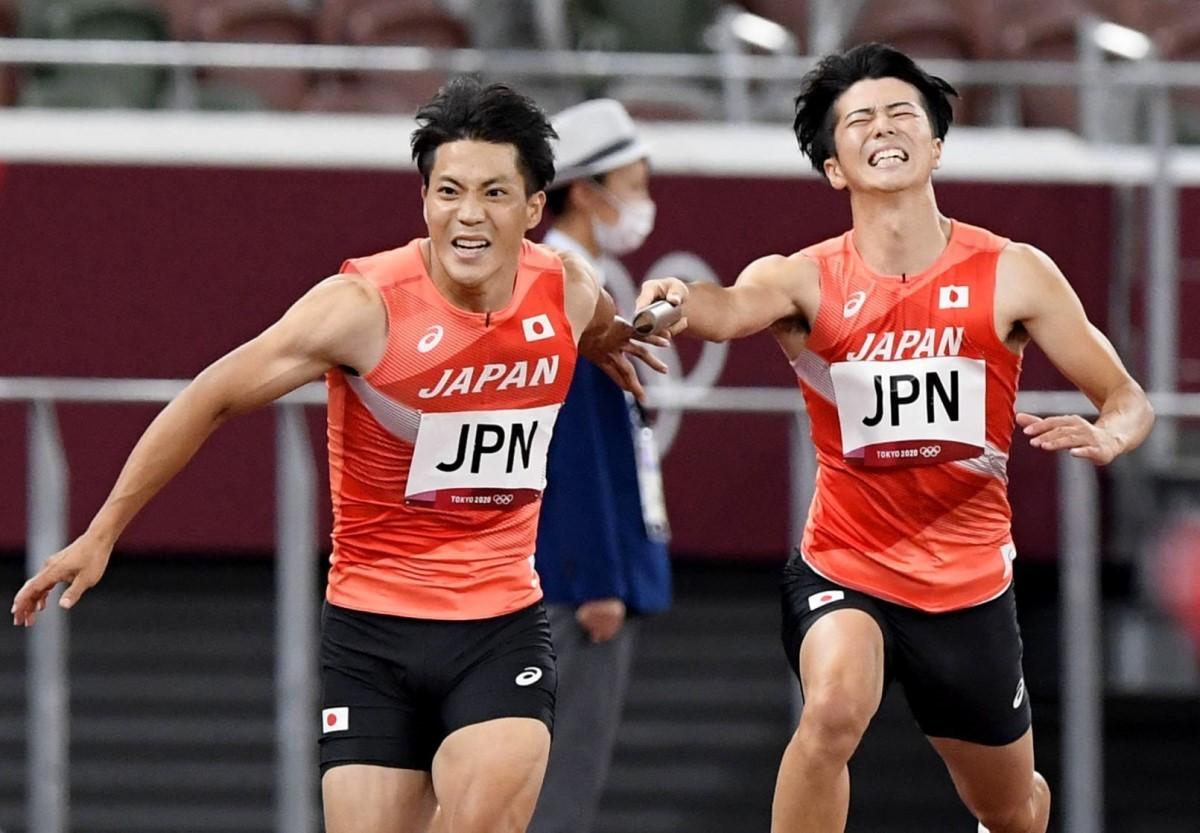 第1走者の多田(右)から第2走者の山縣に渡すはずのバトン。パスがつながらずに日本の戦いは不完全燃焼に終わった
