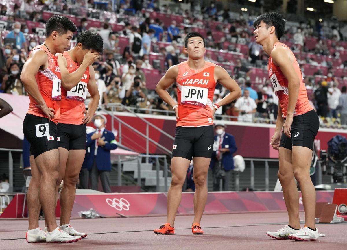 第3走者の桐生(左から3人目)や第4走者の小池(左端)は、走ることなく大会を終えるという無念の結果に