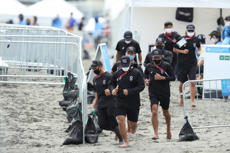 試合終了前後、選手がビーチを移動する際にスポーツチームがガードにあたっていた