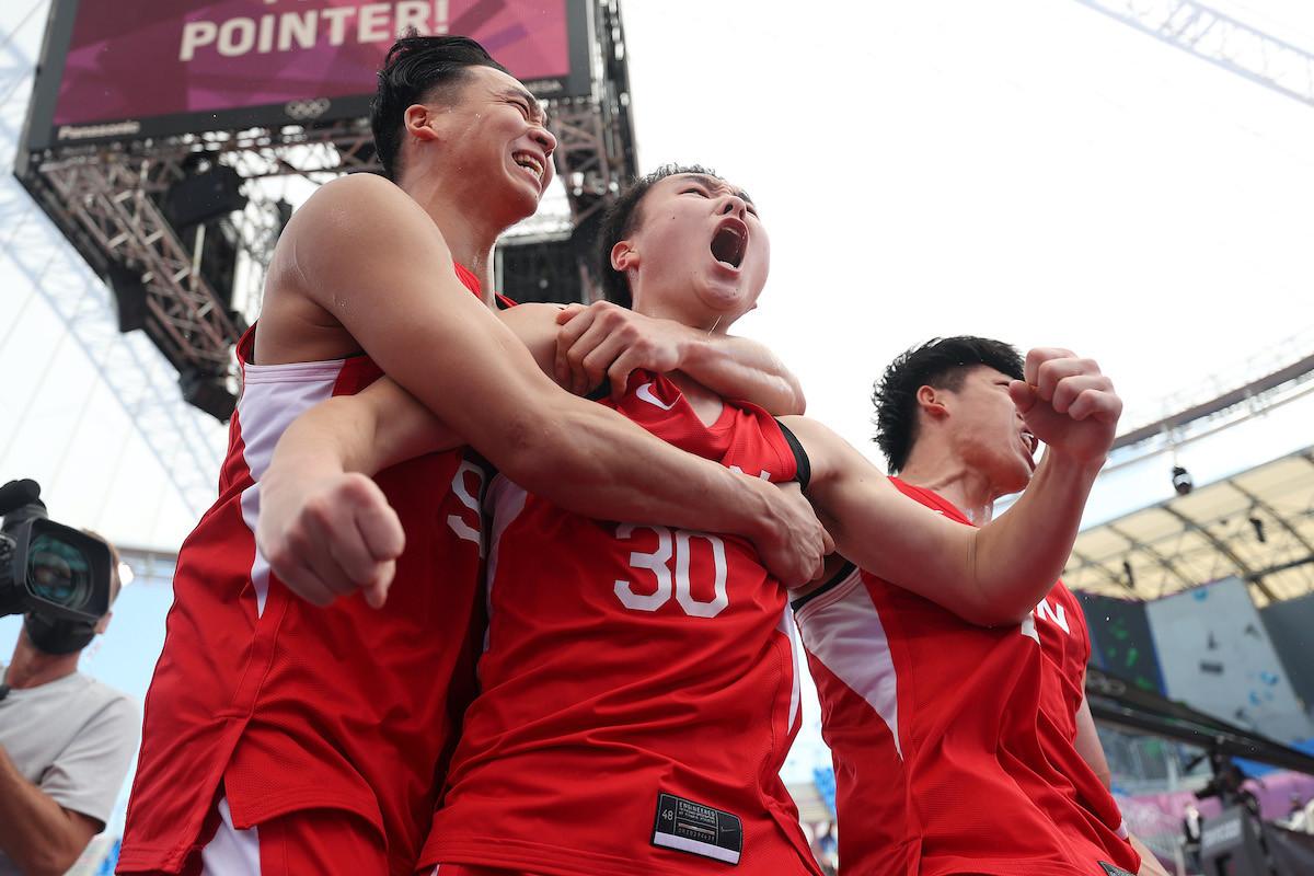 予選ラウンド最終戦、決勝トーナメント進出を決めてチームメートと喜ぶ冨永(写真中央)