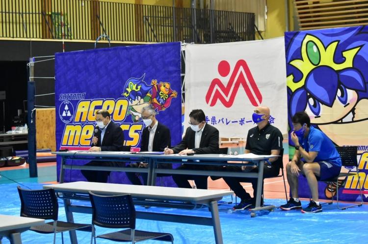 記者会見冒頭、岩手県バレーボール協会・千葉副会長(左端)より締結に至る経緯説明が行われた