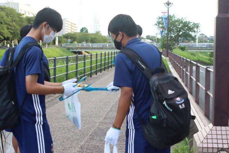 拠点としている新横浜周辺でごみを集めはじめると…