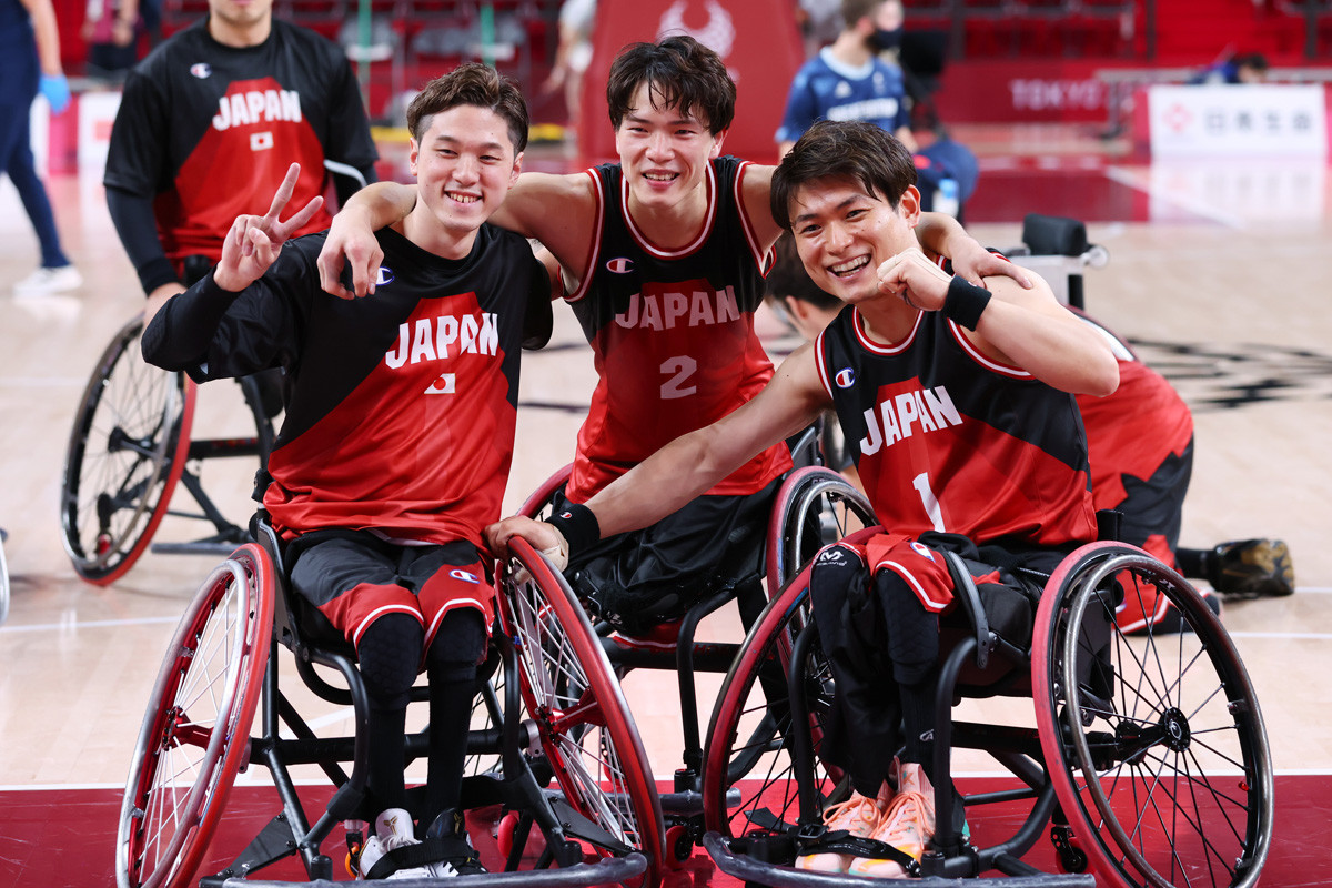 MVP級の活躍を見せる鳥海(写真中央)とともに、2017年の男子U23世界選手権でベスト4入りの原動力となった古澤(写真左)。今大会は出場機会に恵まれていないが、京谷HCの信頼も厚い