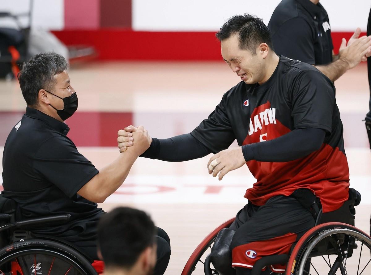 長年にわたって日本の車いすバスケを支え続けた藤本(写真右)は試合後、ガッチリと京谷HCと握手を交わした
