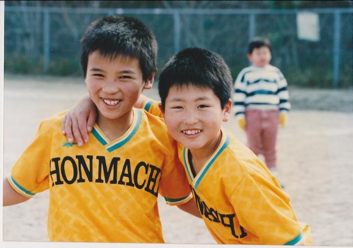 幼少期の松下さん(左)