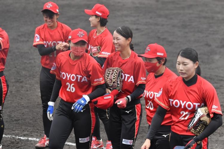 中西あかね監督(右から二番目)と石野江里佳選手(右から三番目)