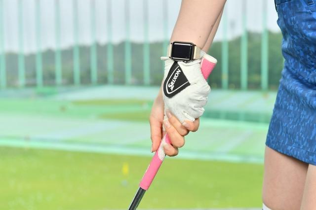 ボールをクリーンに打つバンカーショットでは。左腕から左手親指の先端まで一直線になるように握ります。手首の角度をつくらないのがポイントです