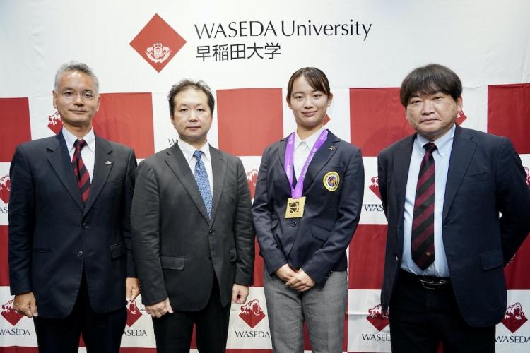 左から遠藤監督、早田部長、園田選手、石井所長。早稲田史上初のアーチェリー世界ユースの金を獲得した